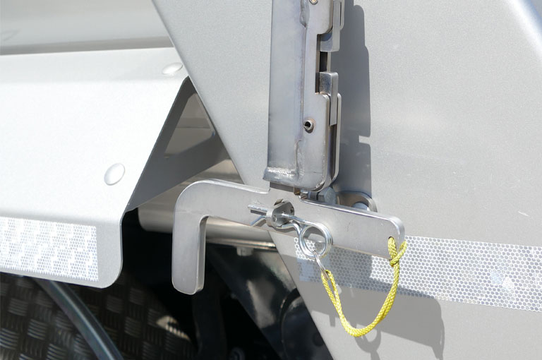 Low-lying hooks make tarpaulin tensioning convenient