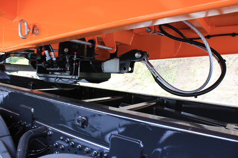 The pneumatic and hydraulic systems are disconnected from the vehicle by couplings that are fitted easily accessible on the left side of the vehicle