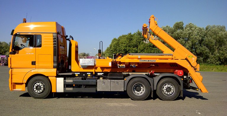 Hooklift with skip handler