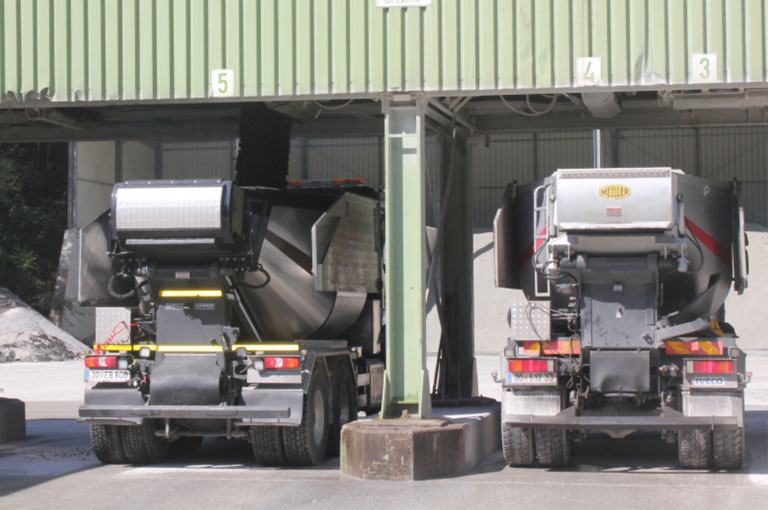 Loading asphalt tipper in the mixed material unit