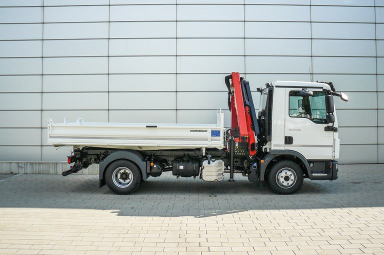 Three-way tipper with loading crane