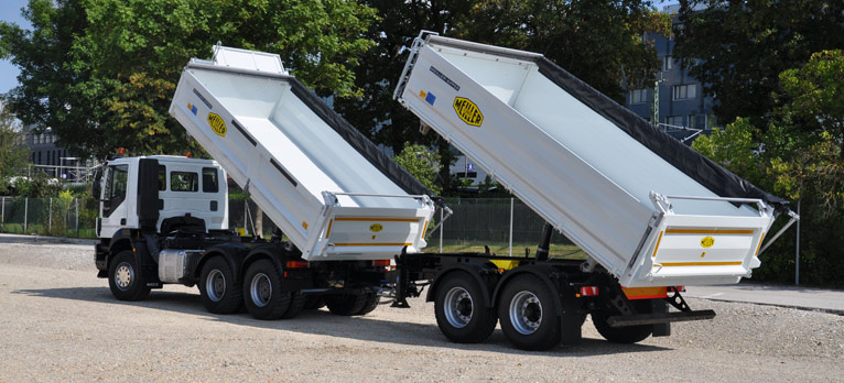 Three-way tipper with centre-axle tipping trailer