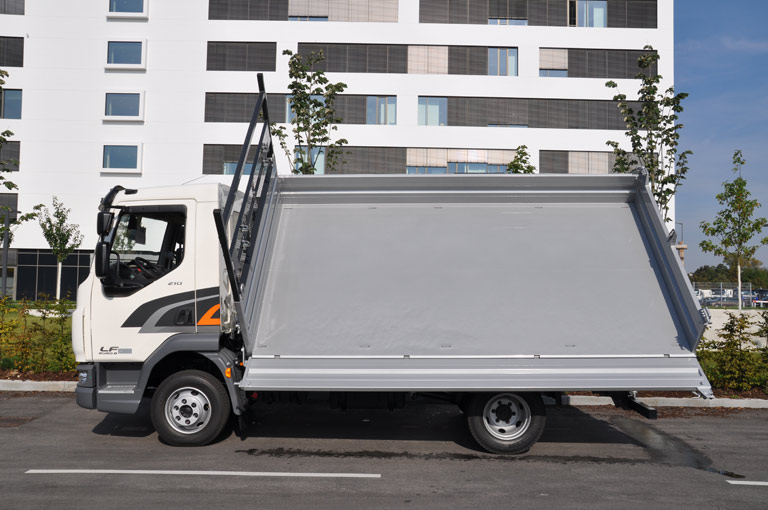Reinforced tipper body floor for three-way tippers