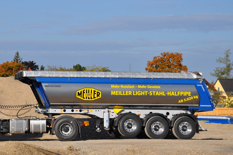 Tipping semi-trailer with halfpipe tipper body
