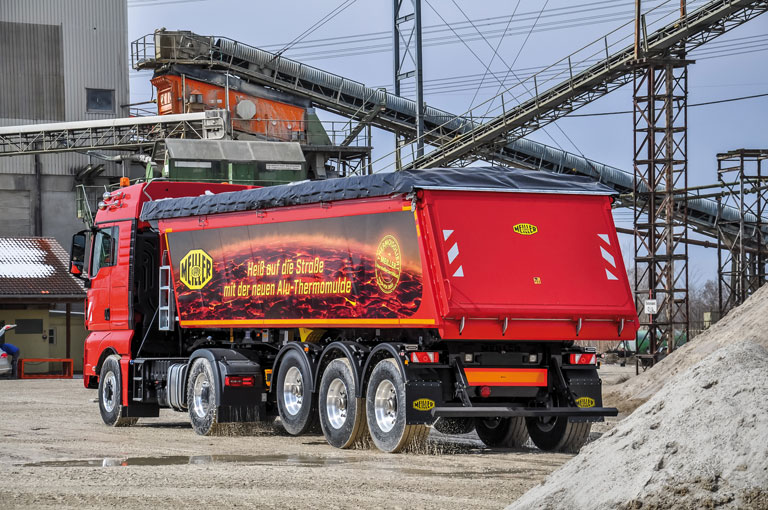 Tipping semi-trailer with aluminium tipper body