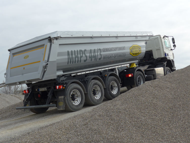 Tipping semi-trailer MHPS44.3 in action