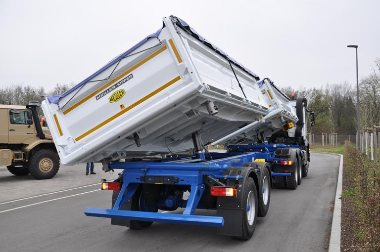 Centre-axle trailer hydraulic system