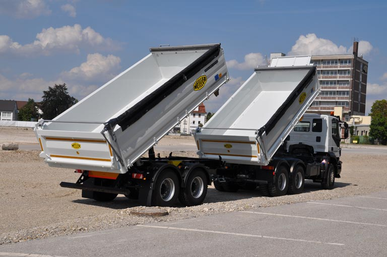 Centre-axle trailer tipped
