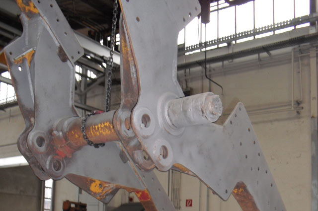 The swing axle frame during blasting