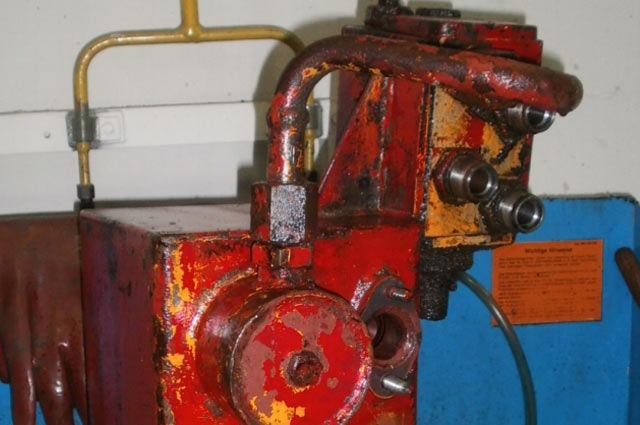 Oil tank with distribution block during cleaning